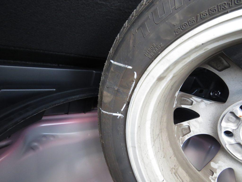 ケアンズレンタカーパンクしたタイヤの傷