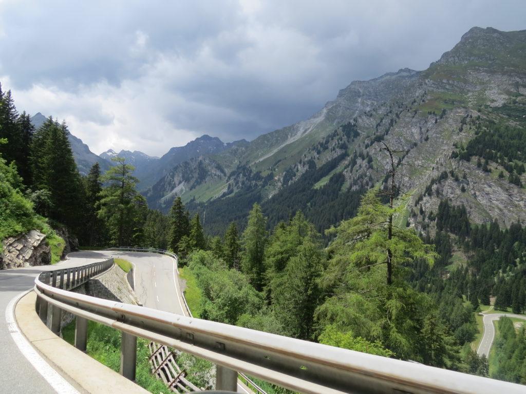 ブレガリア谷へ下る道
